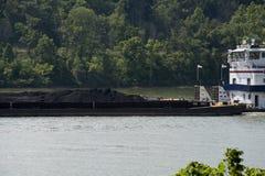 Barca carregada carvão no Rio Ohio foto de stock