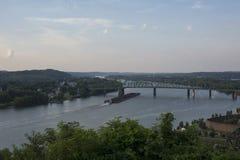 Barca carregada no Rio Ohio imagem de stock royalty free