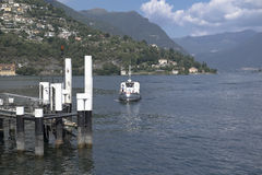 Barca che arriva il pilastro Fotografia Stock Libera da Diritti