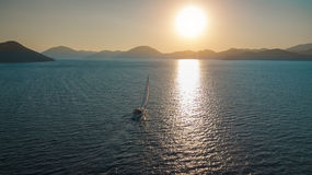 Barca che assale il sole Fotografia Stock Libera da Diritti