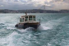 Barca che attraversa il Bosphorus Immagine Stock
