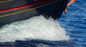 Barca che fa le onde al mare aperto Fotografia Stock Libera da Diritti