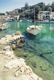 Barca che galleggia in acqua trasparente Immagini Stock Libere da Diritti