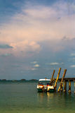 Barca che galleggia al pilastro Immagini Stock