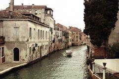 Barca che galleggia in Manica di Venezia Fotografia Stock