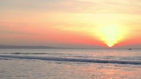 Barca che galleggia nell'orizzonte dell'oceano Nave che viaggia dal mare Onde dorate del mare del surise o di tramonto stock footage