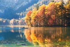 Barca che galleggia sul lago in alpi austriache Fotografie Stock