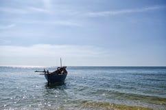 Barca che galleggia sul mare Fotografia Stock