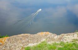 Barca che galleggia sull'acqua Fotografia Stock Libera da Diritti
