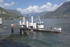 Barca che lascia il pilastro Immagine Stock