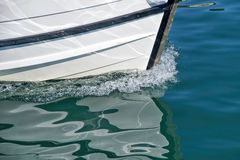 Barca che lascia il porto Immagini Stock