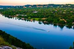 Barca che mostra la curvatura del fiume di Austin Texas Colorado di moto Fotografia Stock