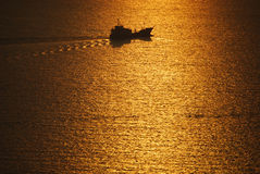 Barca che naviga il Mar Egeo Santorini Grecia fotografie stock