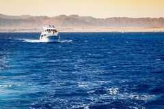 Barca che naviga in rosso mare Fotografia Stock Libera da Diritti