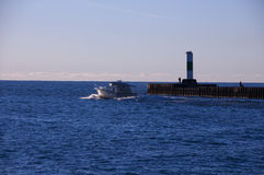 Barca che passa faro Fotografia Stock