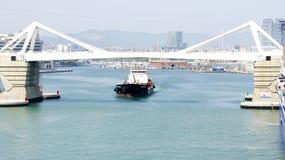Barca che passa sotto il ponte mobile Fotografie Stock