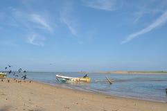 Barca che raggiunge alla spiaggia con il cielo in Negombo Sri Lanka Fotografie Stock