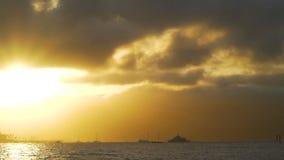 Barca che ritorna a porto davanti ad un tramonto arancio sbalorditivo in Australia video d archivio