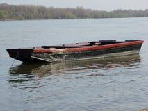Barca che scende un fiume Fotografia Stock