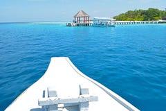 Barca che si dirige al pilastro nella località di soggiorno delle Maldive Immagine Stock Libera da Diritti