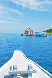 Barca che si dirige al pilastro nella località di soggiorno delle Maldive Fotografia Stock