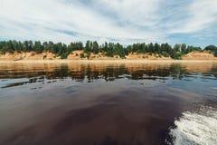 Barca che si muove all'alta velocità su un fiume del Nord bello di Dvina nella foresta di taiga, Russia, regione di Arkhangesk Sp Fotografia Stock Libera da Diritti