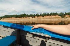 Barca che si muove all'alta velocità su un fiume del Nord bello di Dvina nella foresta di taiga, Russia, regione di Arkhangesk Sp Fotografia Stock