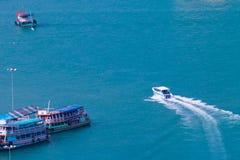 Barca che si muove nei colori luminosi del mare Fotografia Stock