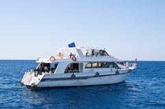 Barca che trasporta gli operatori subacquei Fotografie Stock