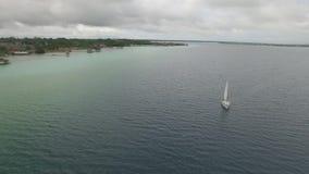 Barca che visita la laguna video d archivio