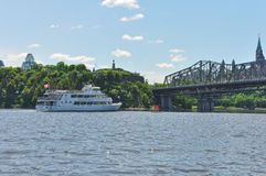 Barca che visita sul fiume di Ottawa Immagine Stock Libera da Diritti