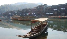 Barca in città Fotografia Stock