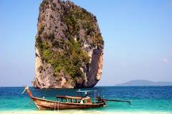 barca a coda lunga e mare blu Fotografia Stock Libera da Diritti