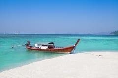 Barca a coda lunga e spiaggia Fotografia Stock Libera da Diritti