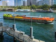 A barca colorida passa o 13o arrondissement no Seine River, Paris, França Fotos de Stock Royalty Free
