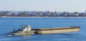 Barca com navigação da carga no rio Fotografia de Stock
