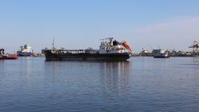 Barca comercial que sai do porto video estoque