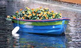 Barca con i fiori fotografie stock libere da diritti