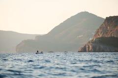 Barca con i pescatori in mare adriatico, Montenegro immagine stock