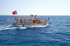 Barca con i turisti Immagine Stock Libera da Diritti