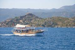 Barca con i turisti Fotografia Stock