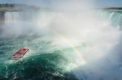 Barca con i turisti che navigano sotto l'arcobaleno verso Niagara fal Fotografia Stock Libera da Diritti