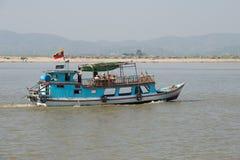 Barca con i turisti europei su una passeggiata del fiume lungo il fiume di Irrawaddy burma Immagini Stock Libere da Diritti