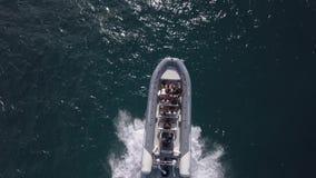 06 04 2018: Barca con i turisti fuori dalla costa di Corralejo stock footage