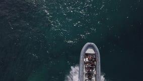 06 04 2018: Barca con i turisti fuori dalla costa di Corralejo video d archivio