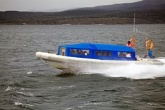 Barca con i turisti in Manica del cane da lepre, Argentina di velocità immagine stock