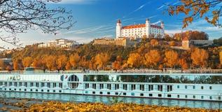 Barca con i turisti sul castello di Bratislava, del Danubio e sul Parlamento, Bratislava, Slovacchia Immagini Stock Libere da Diritti