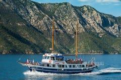 Barca con i turisti sul modo a Skiathos Immagini Stock Libere da Diritti