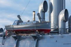 Barca con il motore a vapore a bordo di vecchio incrociatore militare immagini stock libere da diritti