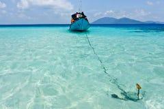 Barca con l'ancora in oceano tropicale vicino alla vista laterale di Karimunjawa Immagini Stock Libere da Diritti